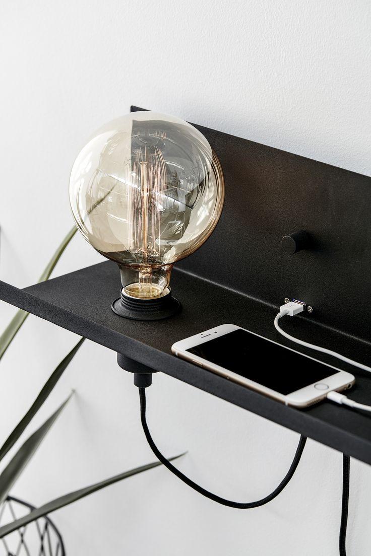 Multi vägglampa i metall från Markslöjd. Inbyggd dimmer/strömbrytare och USB-uttag för laddning av smartphones. 2m kabel. Stor (E27) lamphållare för max 60W glödljus eller motsvarande styrka i halogen, lågenergi eller LED. Ljuskälla ingår ej. #multi #light #lampa #bedlight #sänglampa #markslöjd #svart #black #interior #interiör #inspiration