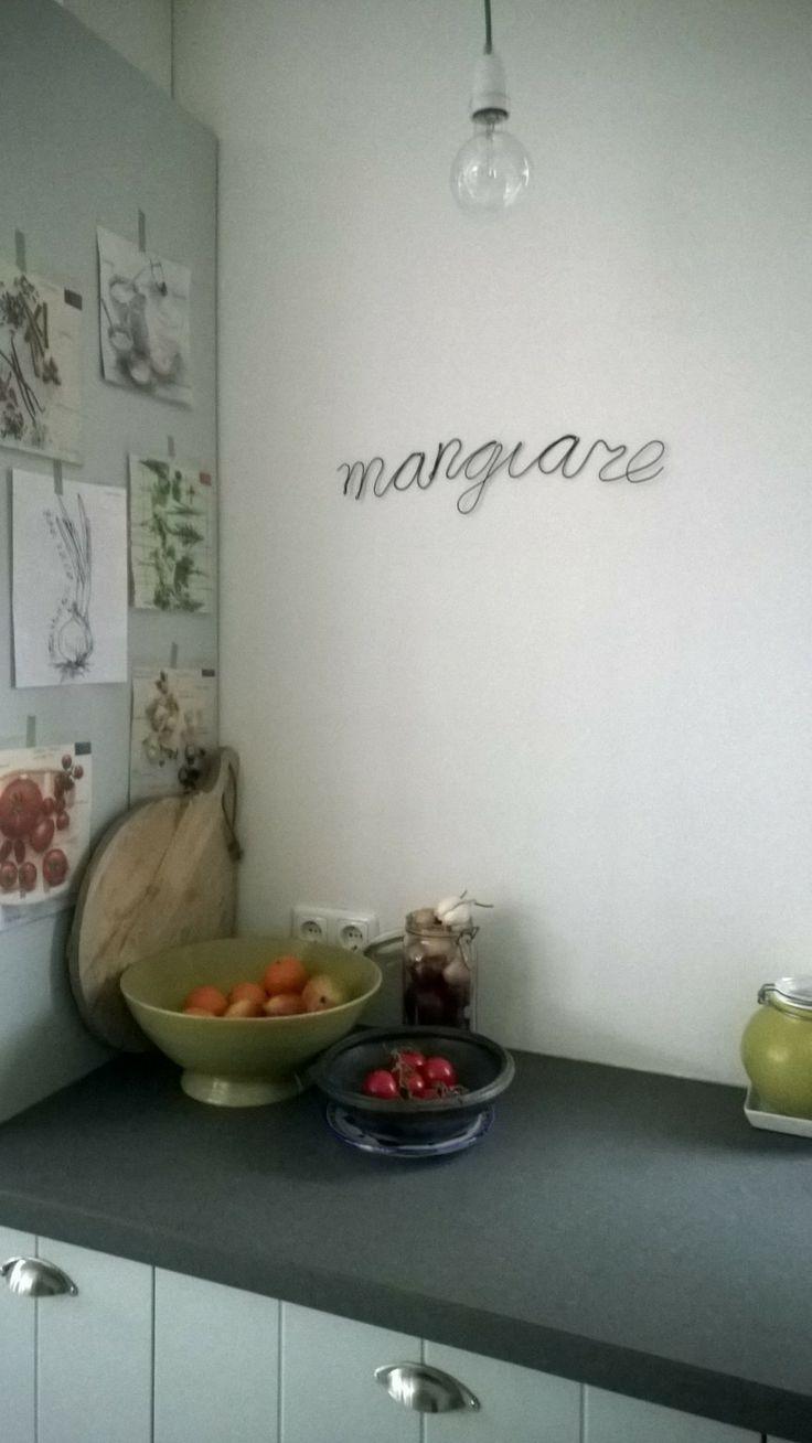 Met kleine spijkertjes (die je evt aanstipt met verf in de kleur van het draad) hang je de tekst aan de muur.