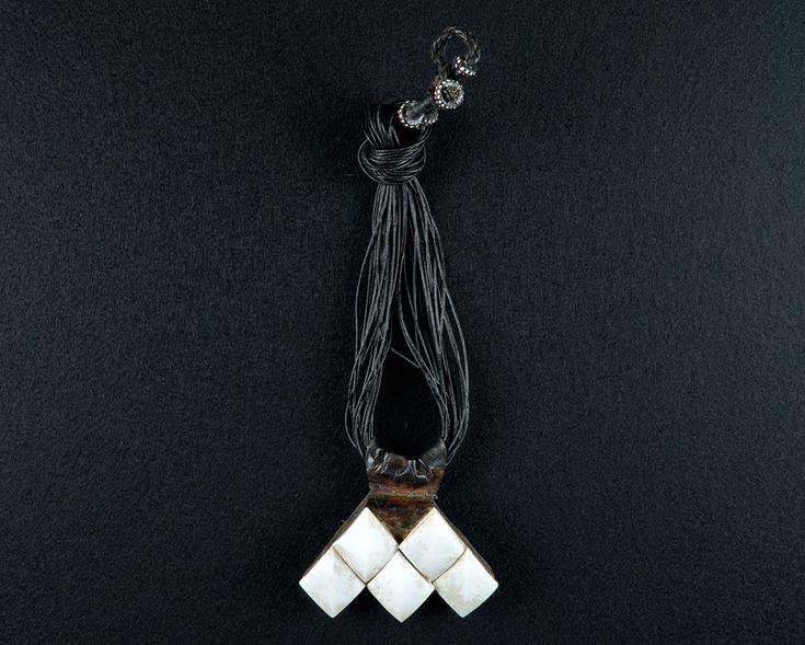 """Amulett-Kette """"Chomaisa"""" Hand der Fatima. Leder und Muschelschalen. Touareg / Niger. B 9,5 cm."""