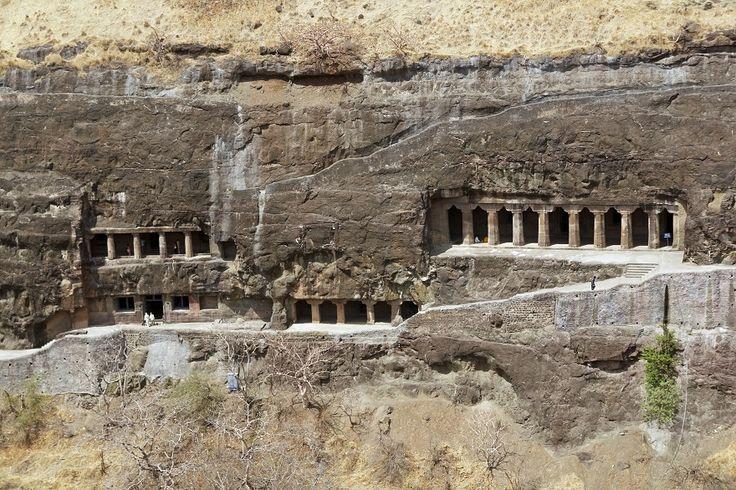 Нижняя часть храма – это восьмиметровая платформа, с высеченными на ней слонами и львами, которые как бы приняли на себя весь вес храма. Это перекликается с древним представлением об устройстве мира.