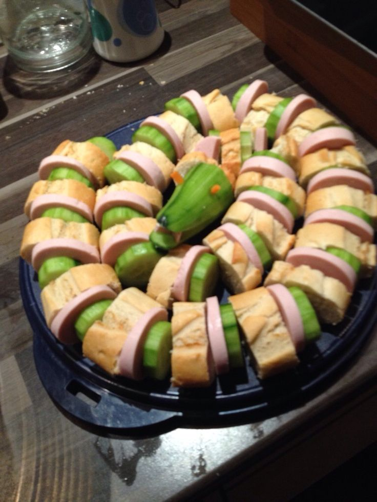 Gurkenschlange: Salatgurke Baguette Fleischwurst