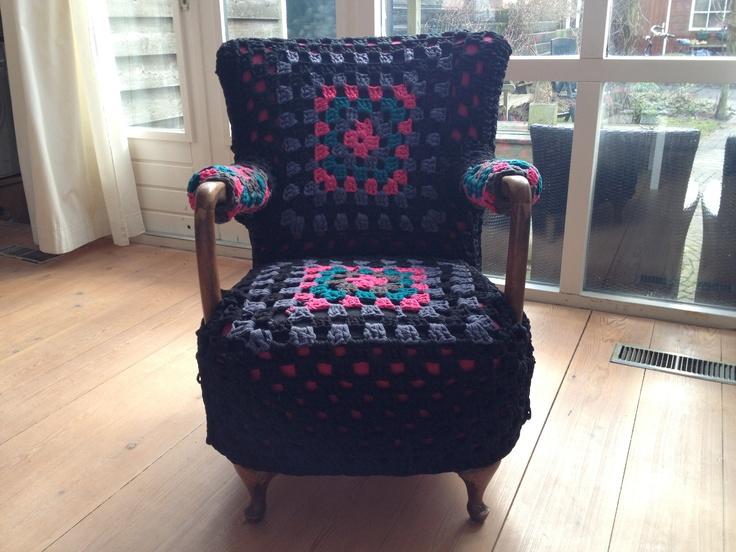 """Nieuwe bekleding voor """"pake"""" stoel. Textielgaren, gehaakt en voorzien van voering, vastgemaakt aan het haakwerk."""