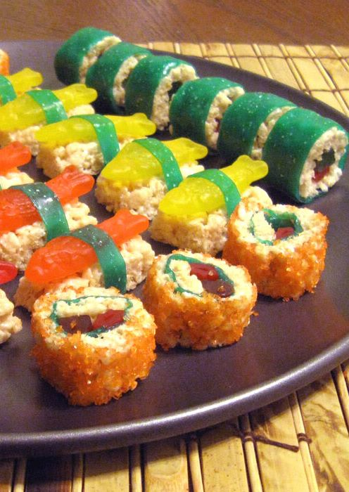 Okay, seriously, how cool are these sushi rolls? Grab some fruit rolls and gummy fish and let's get crafty with food!