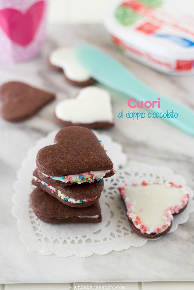 Biscotti a forma di cuore al doppio cioccolato con crema al cioccolato bianco. Heart cookies, valentine's recipe