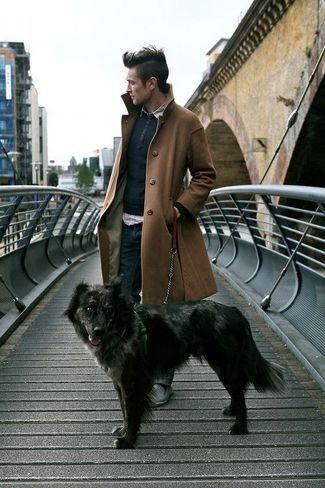 Brauner Mantel, Dunkelblauer Pullover mit Rundhalsausschnitt, Hellviolettes Langarmhemd, Dunkelblaue Jeans für Herrenmode