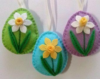 Feltro della decorazione di Pasqua - uovo con i fiori / set di 4 decorato con il tulipano, Narciso, fiori viola del pensiero, violetto È la lista 4 ornamenti Dimensione del mio uova decorate è di circa 2 1/8 x 2 5/8 di pollice (5,3 x 6,5 cm) Si tratta di dimensioni di feltro uovo senza occhiello per aggancio Fatto a mano da feltro di lana e misto lana Questo è fatto per ordine