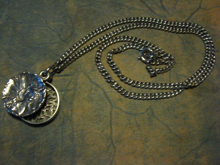 Online veilinghuis Catawiki: Art Nouveau antieke zilveren medaillon hanger aan zilveren ketting