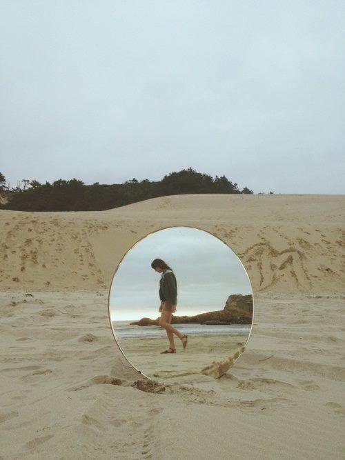 Kreative Foto Idee mit Spiegel. Stichworte: Reise….