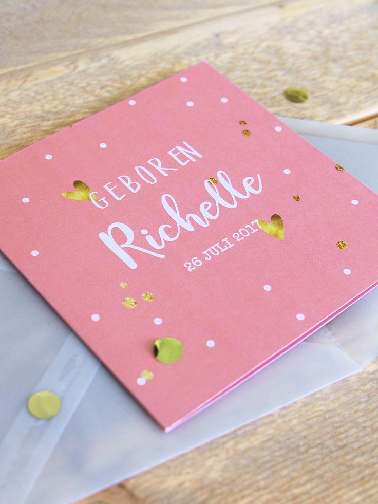 Zo leuk! Dit hippe geboortekaartje kan je goed combineren met gouden confetti in een transparante envelop.