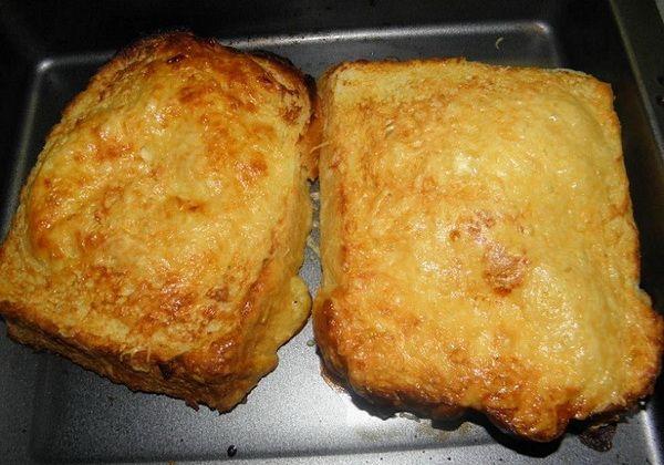 Egy doboz tejföl 2-3 gerezd fokhagyma tojás só, bors, reszelt sajt, de adhatsz a masszához bármit, pl. apróra vágott, előre sózott-borsozott lila hagymát, tepsit terítsd be a sütőpapírral, majd rakd rá a kenyeret, A tojást felvered, hozzáadod a tejfölt, majd jól keverd el, aztán tegyél bele mindent, amit előkészítettél. Ezt kanalazd rá a kenyerekre, az sem baj, ha lefolyik. Végül szórd meg a reszelt sajttal, tedd 15 percre sütőbe 80-200 fokon, közepes lángon.