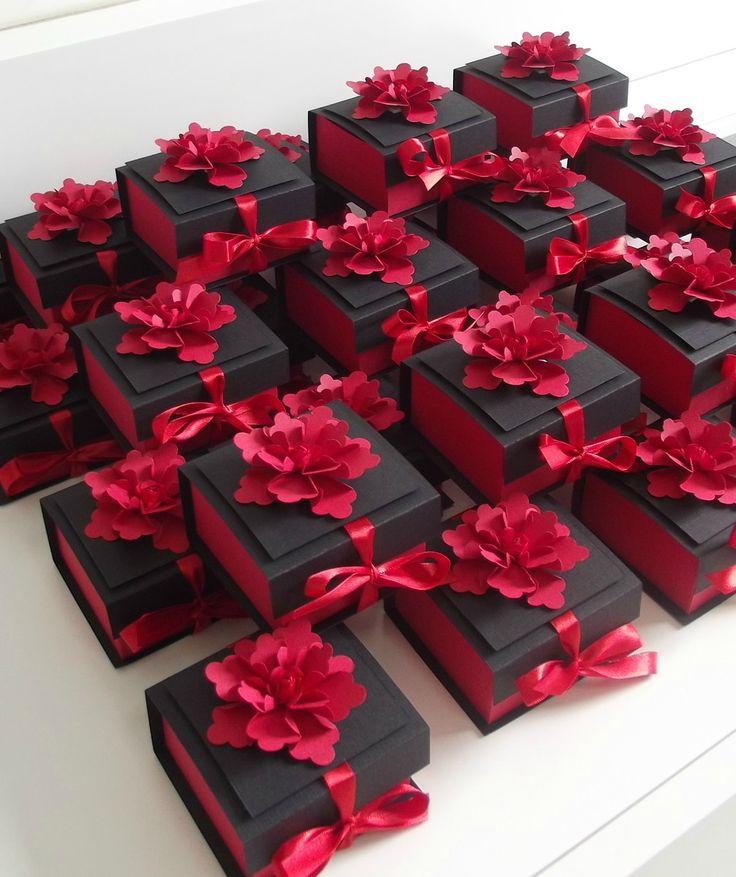 Caixa para bem casado, pão de mel ou doces, em papel de 240g. Tampa e caixa lisas com aplique de flor. Fita em cetim