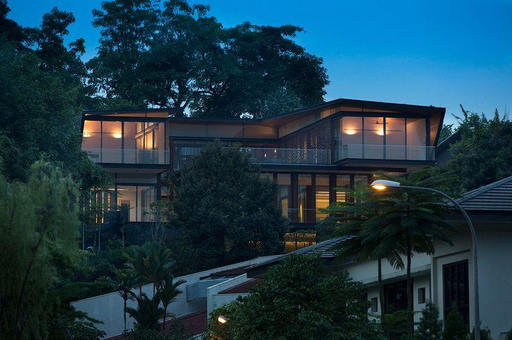 Архитектурная студия AR43 выполнила дизайн современного частного дома-бунгало с красивыми ставнями на крутом склоне в Сингапуре посреди пышной тропической растительности. Дом предназначен для трех поколений семьи с главным требованием в виде большого 25 метрового бассейна. Местоположение: Caldecott Close, Сингапур Команда: Lim Cheng Kooi, Bima Ario Bagaskoro, Tracy Tan Строительство: Bestec Construction Pte Ltd Ландшафтный дизайн: Nature Landscape Фотографии: Albert KS Lim