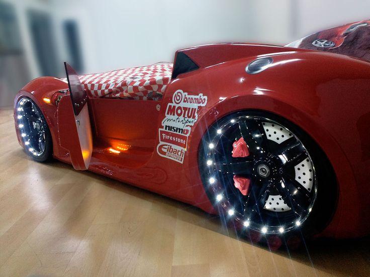 Czerwony kolor łóżka