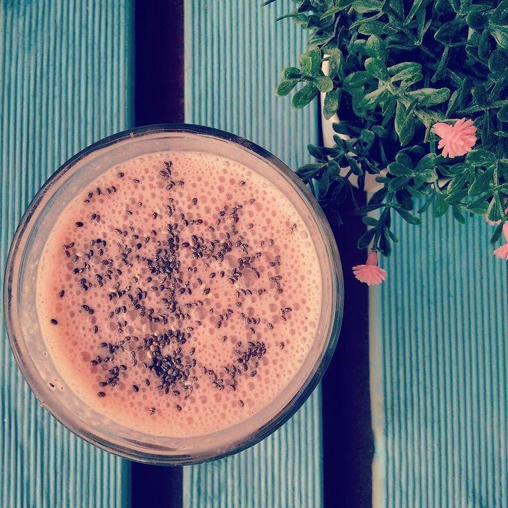 Batido delicioso para animar este dia chuvoso.  Receita: 3 morangos meia banana meio scoop proteína de soja (sabor baunilha da @mws.pt ) 1 quadrado chocolate preto 2 colheres de sopa de aveia um pouco de leite de coco e leite de aveia até consistência desejada. Experimentem!  #alimentacaosaudavel #reeducaçãoalimentar #missfitteam #comidadobem #yummybutfit #sagafitpt #maispertoqueontem #vidasaudavel #eusouwh  #escolhassaudaveis #flexibledieting #comerlimpo #womenshealthportugal…