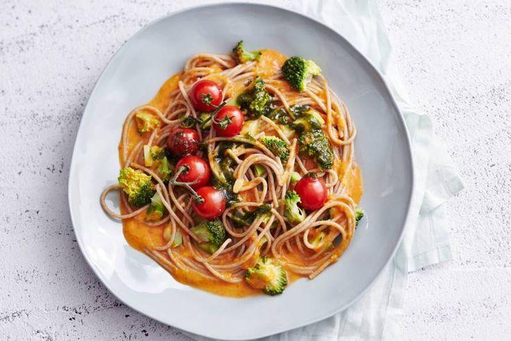 Boordevol groenten, ramvol smaak en ook vol vezels door de volkorenspaghetti - Recept - Allerhande