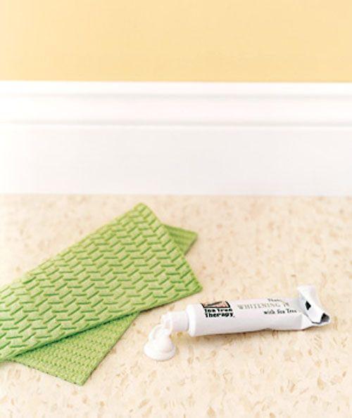 Вернуть линолеуму былой лоск можно, отполировав его зубной пастой.