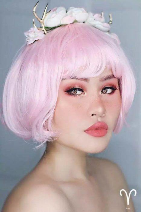 mujer con peluca rosa