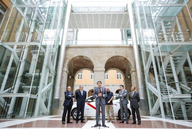 Ignacio González hace balance del Plan de ayudas del Gobierno regional para la renovación del sector del Taxi por vehículos eficientes
