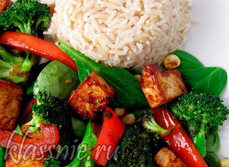 Тофу с рисом и овощами: брокколи, сладкий перец и листья шпината | Классные вегетарианские рецепты