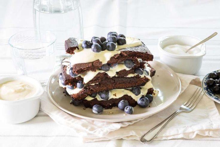 Recept voor chocolade brownietaart voor 4 personen. Met water, brownie bakmix, blauwe bes, vanillekwark en roomboter
