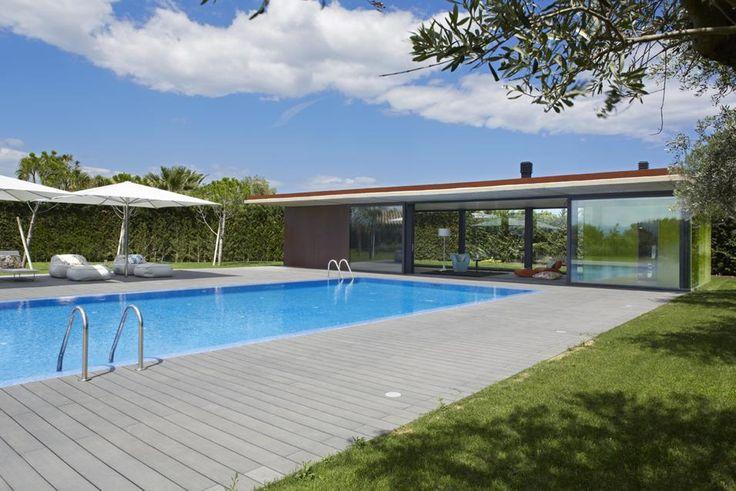 IL PADIGLIONE ESTERNO Il padiglione autonomo di fianco alla piscina è più all'avanguardia rispetto al resto della casa. La struttura è in calcestruzzo, grandi vetrate e pareti in Cor-ten. Foto Jordi Miralles