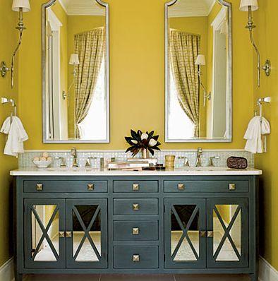 Contrasting gold and grey create drama in this sophisticated bathroom (such as CIL Prairie Grass 35YY 61/431and Great Grey 50BG 14/036). #CILserenity ---------- Le contraste du gris et du doré donne un petit côté théâtral à cette salle de bain élégante. Essayez par exemple les nuances Herbes de la prairie (35YY 61/431) et Grand gris (50BG 14/036) de CIL. #CILserenity
