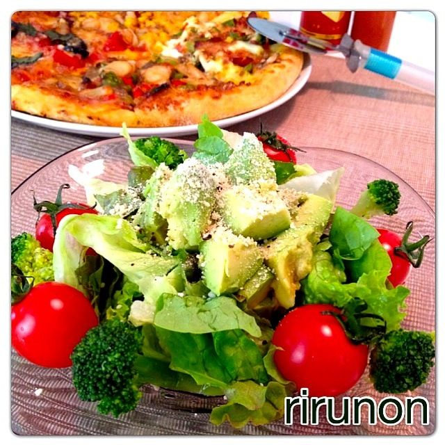 珍しく平日ランチをUP グリーンサラダの仕上げにアボカドにチーズとペッパー振りかけました٩꒰。•◡•。꒱۶ あとはデリバリーピザ(笑) - 54件のもぐもぐ - アボカドグリーンサラダ by rirunon