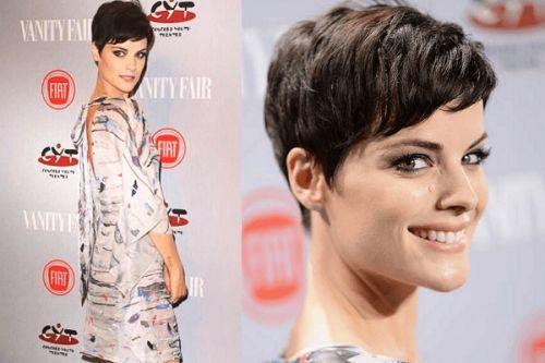 Jaimie Alexander pixie kısa saç modeli  Ünlülerin de tercih etmesiyle 2017 sonbahar-kış ve 2018 saç modelleri modasında kısa saçları ve özellikle de pixie kesimi oldukça popüler. Pixie nedir ve yüz şekline uygun pixie saç kesimini nasıl seçmeli ve pixie saç modellerine nasıl şekil verilir? 2018 pixie saç kesimleri modasına dair detaylar esraninportresi'nde.  http://www.esraninportresi.com/sac-modelleri-2/pixie-sac-kesimleri/