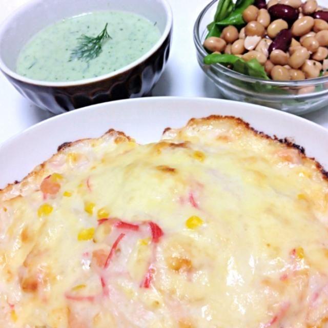明日から関西なので、在庫処理の晩御飯( ´ ▽ ` )ノ カニカマと海老とコーンのドリア、豆のサラダ、胡瓜とヨーグルトの冷製スープ ドリアのご飯はブラックオリーブを刻んだものと、ピスタチオの刻んだものと塩コショウに小豆島のEXバージンオリーブオイルをふりかけた混ぜご飯です。 豆のサラダは缶詰めのミックスビーンズにレモン汁と塩コショウ、オリーブオイル、栗の蜂蜜を混ぜたドレッシングをかけ和えました。 胡瓜の冷製スープはバーミックスで胡瓜をペースト状にし、エルブドプロバンスとディルで香りをつけ、塩コショウ、ヨーグルト、生クリームを混ぜたものです。 これで、大体の冷蔵庫整理ができました(=´∀`)人( - 9件のもぐもぐ - 晩御飯( ´ ▽ ` )ノ by osato0926