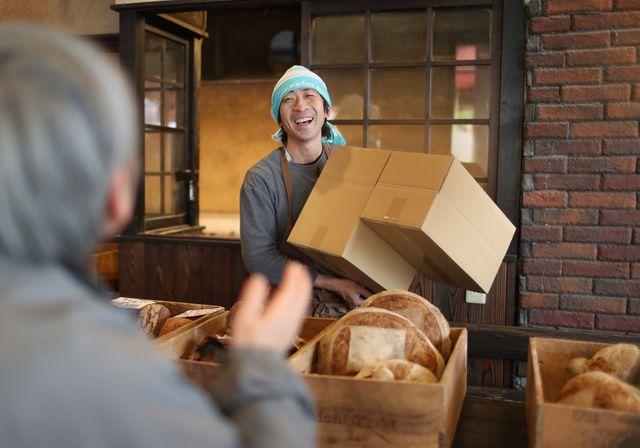 食トップ 「捨てないパン屋」の挑戦 休みも増えて売り上げも維持 藤田さつき2017年3月24日13時46分精魂込めて作ったパンも、売れ残れば捨てる。そんな商売に疑問を持った広島市のパン職人、田村陽至(ようじ)さん(40)は、店を、そして生き方を変えようと決心した。家族や仲間との時間を豊かにするため、「捨…