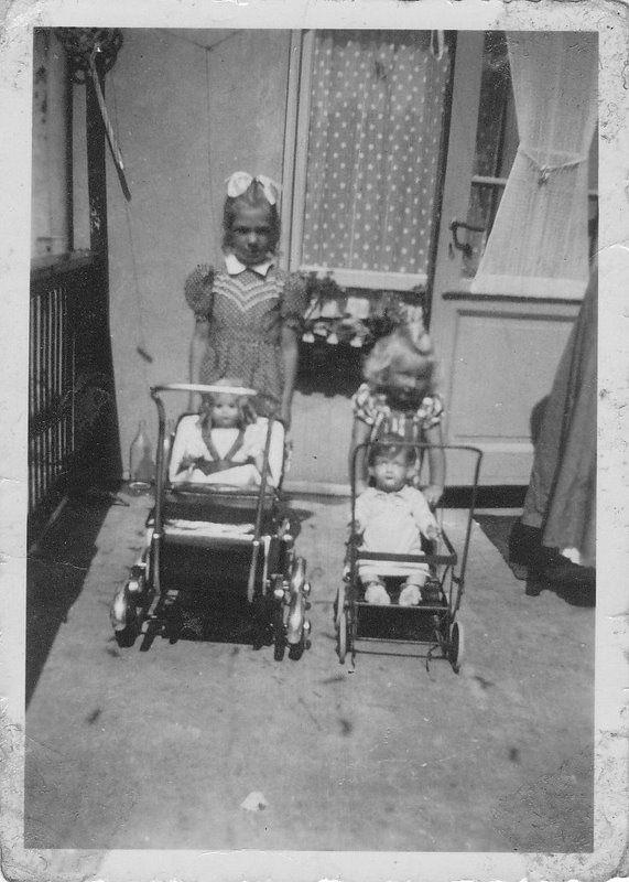 Jaren 50,60 &70.  De poppenmoeders gaan uit wandelen.