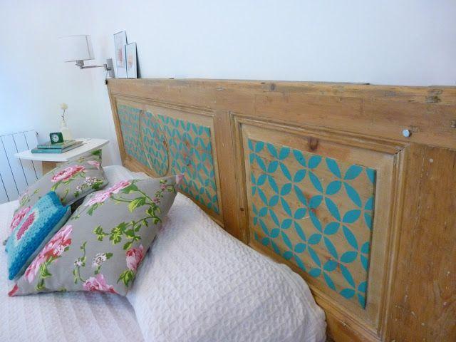 Original respaldo de cama hecho con una puerta antigua + stencil