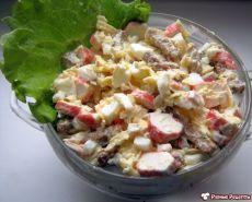 """Салат с сухариками """"Королевский""""  Гости будут довольны. А главное - этот салат очень быстро делать. Рецепт очень пригодится в качестве салата на день рождения. И в новогоднее меню на Новый год 2016.  Продукты (на 4 порции)  Яйца куриные - 4 шт. Крабовые палочки - 240 г Сыр твердый - 300 г Сухарики - 100 г Чеснок - 2-3 зубчика Лимон (сок) - 0,5 шт. Майонез - по вкусу"""