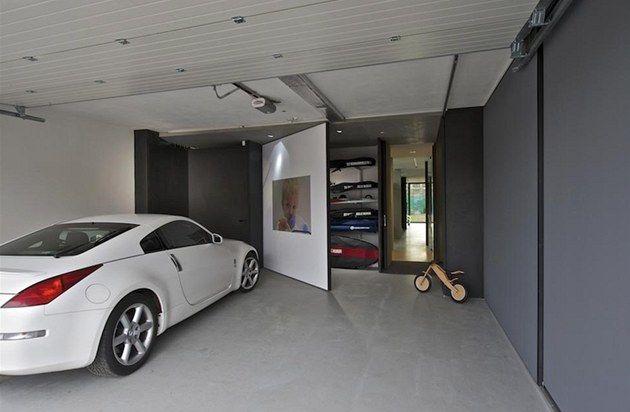 Fotogalerie: Ústředním bodem ložnice je pohodlné lůžko s úložnými prostory, jehož čelo...