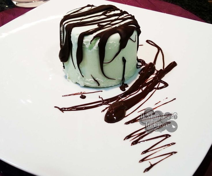 Semifreddo menta e cioccolato un dolce fresco e goloso e semplice. Un perfetto fine pasto che crea dipendenza. Per la ricetta clicca qui >>http://blog.giallozafferano.it/ilmandorloinfioreblog/?p=5979