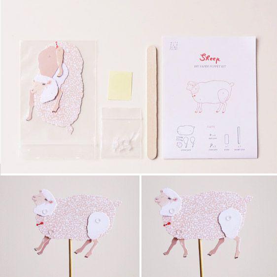 Dit is wat je krijgt: een stokje, wat losse kartonnen onderdelen en een aantal verbindingsstukjes. Zet ze in elkaar (kan iedereen, echt) en je hebt een grappig lief schaapje dat je kan laten dansen, rennen of springen! www.catchmydrift.nl/8545364/diy-schaap--with-her-animal-poetry