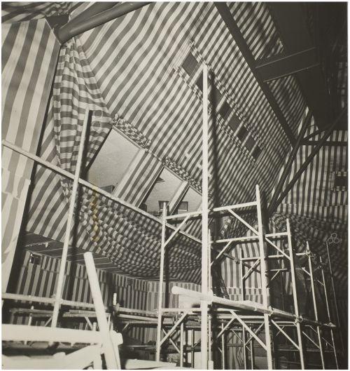 De wandbeschildering van het Speelhuis door Har Sanders. Fotograaf J. van den Broek. Het Speelhuis is op 29 december 2011 door brand verwoest.