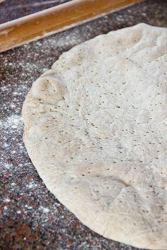 Arabisches Fladenbrot Eine Leserin meines Blogs hatte sich ein arabisches Fladenbrot gewünscht. Schon damals ahnte ich, dass es unter diesem Begriff mehr als ein typisches Rezept zu finden geben würde. Sie stellte sich darunter ein dünnes Brot ohne Hefe, nur mit Mehl, Salz und Wasser vor. Nachdem ich mich durch etliche Rezepte gefuchst und Wikipedia befragt hatte, kam Weiterlesen...