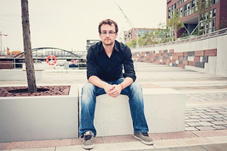 Als Anfänger, frei Klavier spielen lernen ohne Noten: Im PopPianoKurs von Hochschuldozent Florian Mohr kannst du das online - auch als Erwachsener!