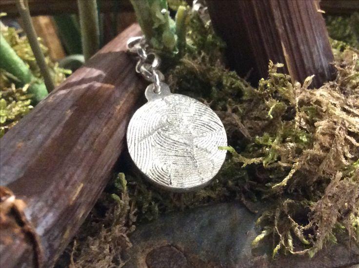 Zilveren sleutelhanger gemaakt met herinnering dmv vingerafdruk.