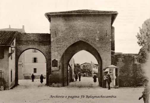 L'interno di Porta San Vitale alla fine dell'Ottocento. E' ancora ben visibile la cinta muraria