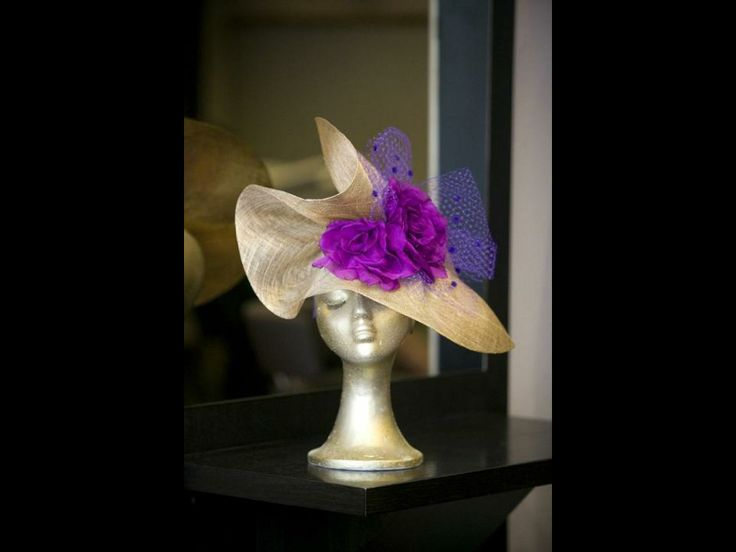 Tocado con flores color orquídea y lazos de gasa morada