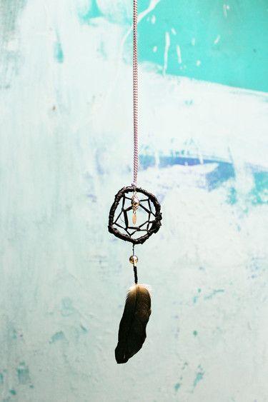 handgemachte Traumfängerkette aus Holz, Bast, Silberkette, Feder und Perlen; schwarz/silber (Modeschmuck)  Durchmesser: ca. 4,5cm Länge: ca. 16cm einfache Länge Kette: ca. 18cm