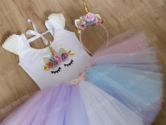 Unicornio set contains: tutu skirt embroidered with pearls; unicorn headband body embroidered with pearls. Attention: when ordering urgently, we request the choice of express delivery