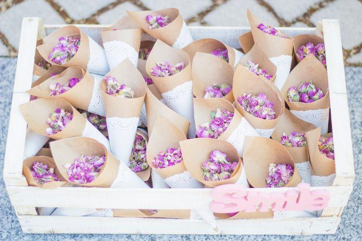 conitos con flores para tirar a los novios -en vez de arroz-