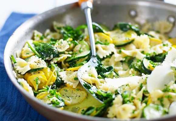 Barbara eet heel graag de courgette-pasta-citroen-mozzarella-salade. En dan iets anders voor de kinderen. Hij is snel te maken en de dagen erna ook nog heerlijk als koude lunch. Of voor als Thomas 's nachts laat thuiskomt.