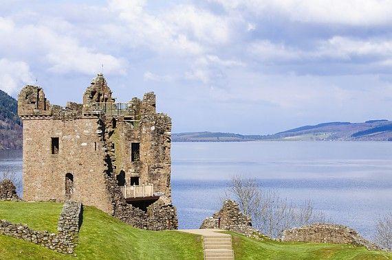 Urquhart Castle am Loch Ness gehört zu den berühmtesten Sehenswürdigkeiten von Schottland
