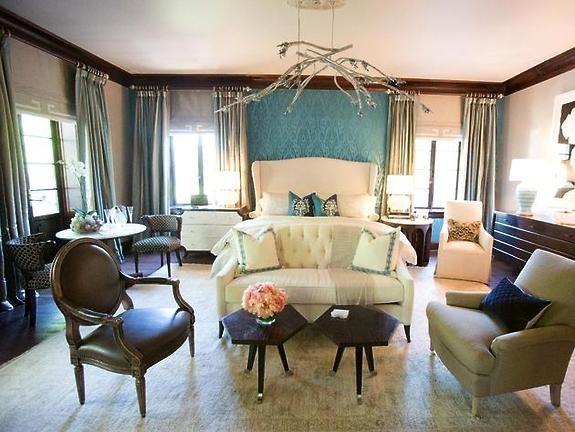 Oryginalna sypialnia z użyciem oklein ściennych (tapet) z kolekcji Solstice Silk kolor Frost.