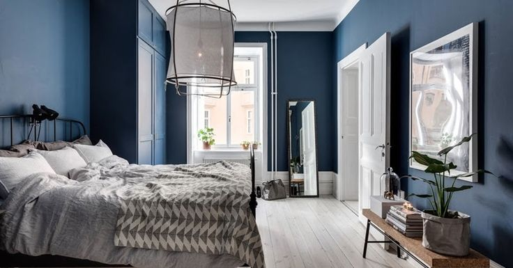 I would love to paint my whole bedroom in a dark colour, but that won't happen until I get a room with more natural light... For the moment ...
