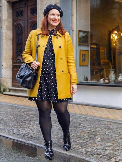 Robe à pois et manteau jaune